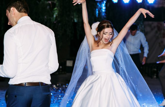 Funny moves of the bride in the veil on the wedding