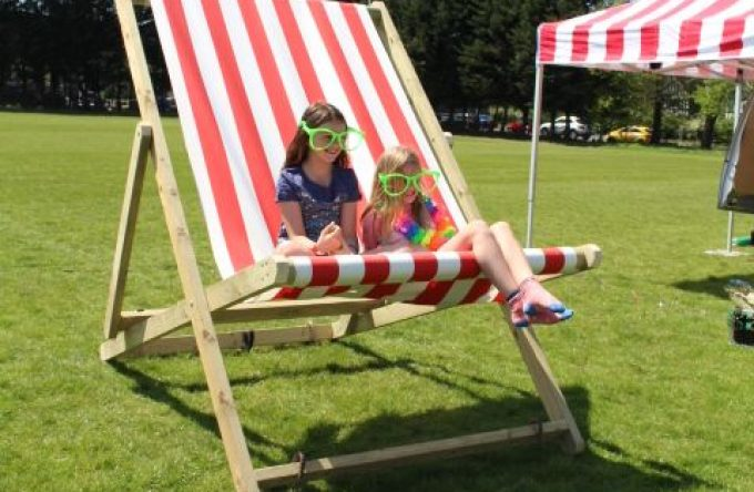 leisureking-giantdeckchair-girls2