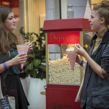 leisureking-popcorn-girls-eating
